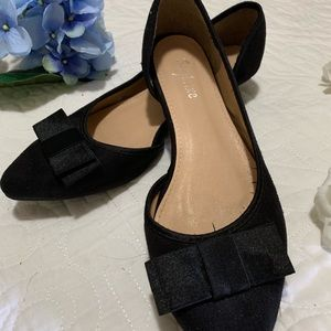 Low heeled black shoes